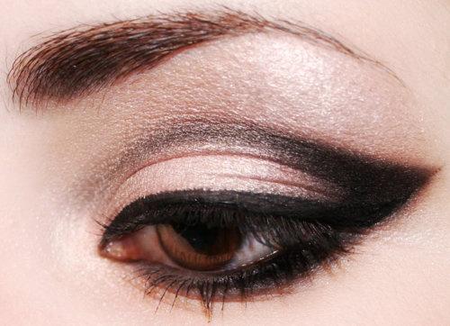 Elegant Arabian style black eye liner